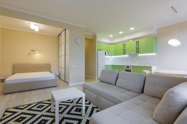 Grande estúdio de fotografia de interiores com cozinha moderna verde