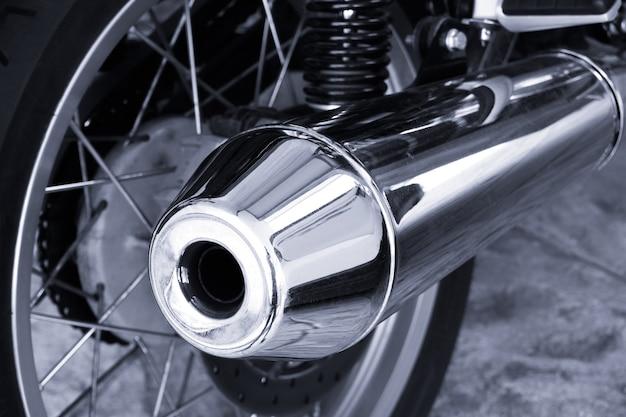 Grande exaustor cromado moderno em motocicleta