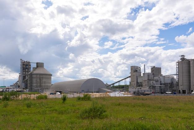 Grande fábrica de cimento. produção de misturas de edifícios.