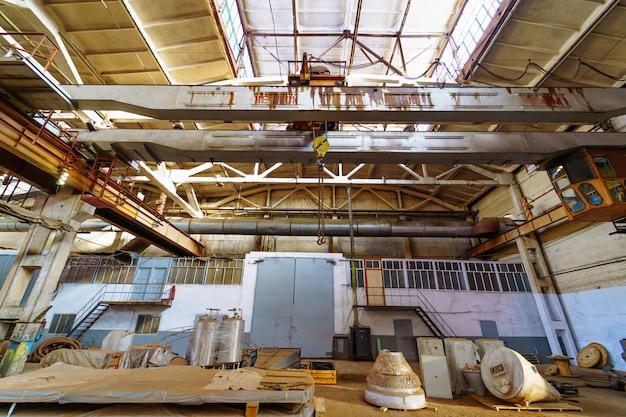 Grande fábrica industrial dentro de casa.