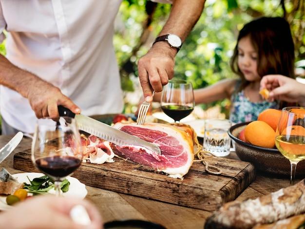 Grande família jantando na varanda