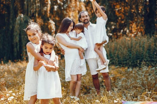 Grande família jogando em um parque de verão