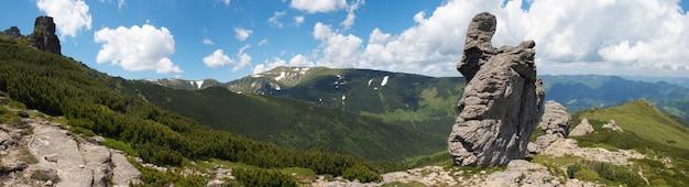 Grande figura de pedra no cume da montanha. quatro tiros costuram a imagem.