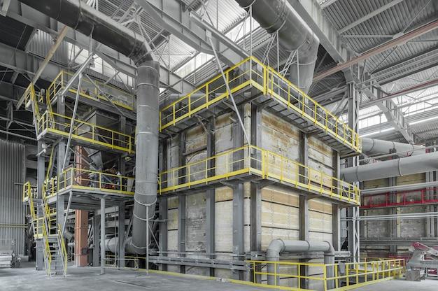 Grande forno industrial fechado na fabricação de vidro