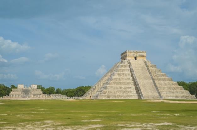 Grande foto da pirâmide de chichen itza, civilização maia, um dos sítios arqueológicos mais visitados do méxico.