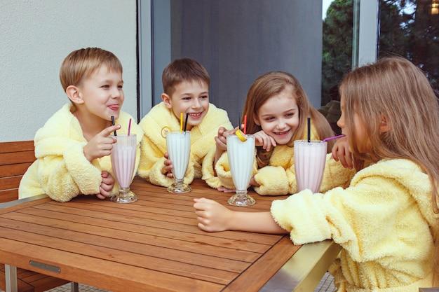 Grande grupo de amigos se divertindo com coquetéis de leite.