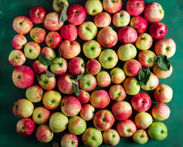 Grande grupo de maçãs maduras