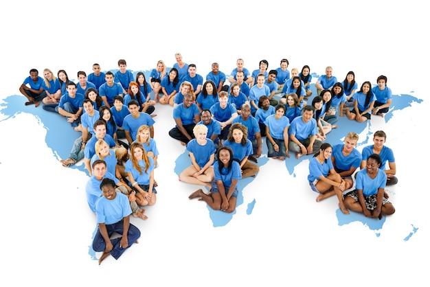 Grande grupo de pessoas de diversas idades e nacionalidades