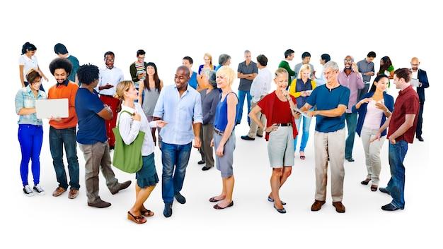 Grande grupo de pessoas diversas