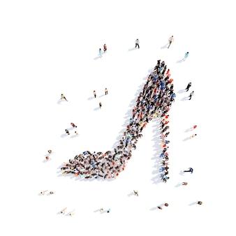 Grande grupo de pessoas sob a forma de sapatos. fundo branco isolado.