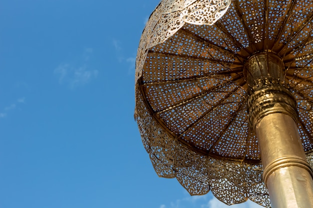 Grande guarda-chuva antigo ao ar livre lanna em chaing mai tailândia