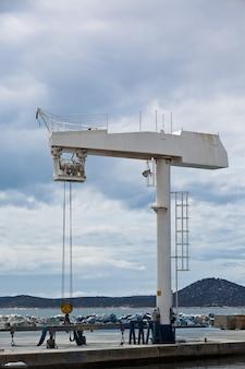 Grande guindaste para manutenção de um navio em uma marina. tiro vertical
