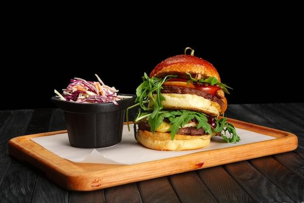 Grande hambúrguer com salada de repolho roxo