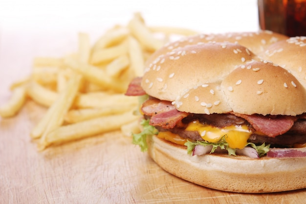 Grande hambúrguer e batatas fritas