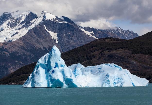 Grande iceberg em lagoa glaciar