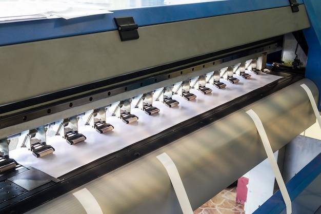 Grande impressora jato de tinta e papel de vinil
