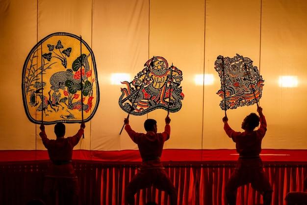 Grande jogo de sombras encontrado na tailândia, nang yai (figuras de sombra) templo de wat khanon