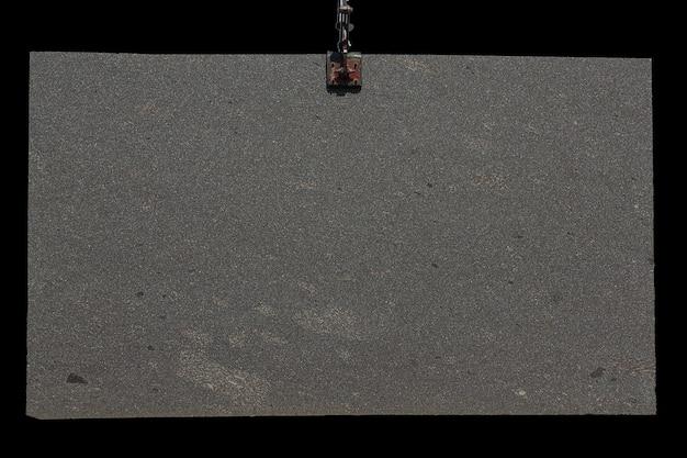Grande laje de granito marrom porfido com padrão de pontos brancos.