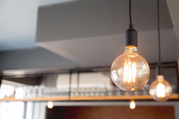 Grande lâmpada em um restaurante