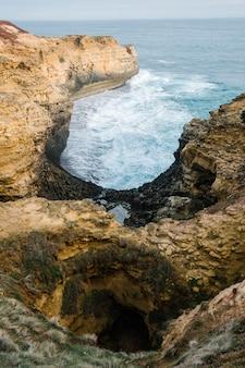Grande litoral do sideseeing da estrada do oceano, a gruta