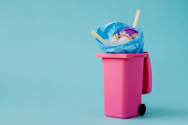 Grande lixo rosa sobre fundo azul