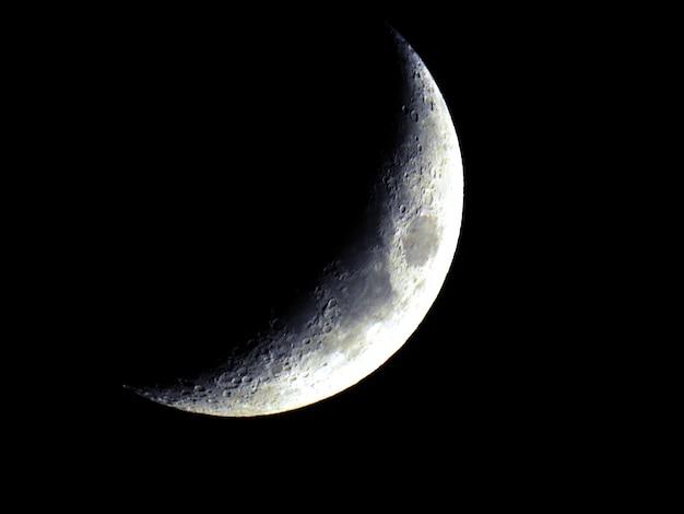 Grande lua em fase crescente