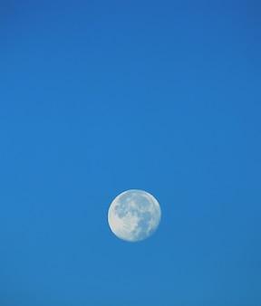 Grande lua no céu azul.