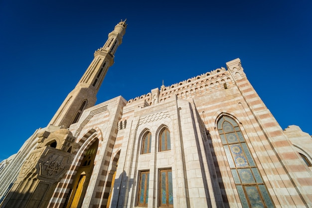Grande mesquita islâmica bonita ao fundo do céu