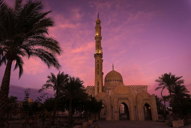 grande mesquita islâmica bonita no céu do pôr do sol