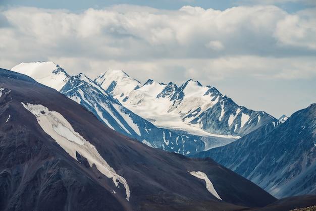 Grande montanha com nevadas altos afiados.