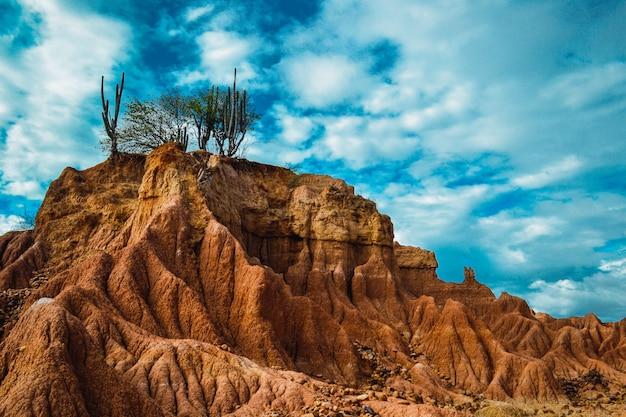 Grande montanha rochosa