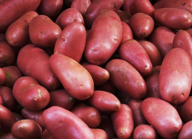 Grande monte de batatas naturais no mercado