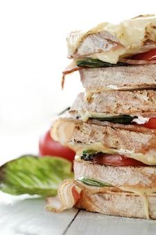 Grande multi sanduíche em camadas, closeup
