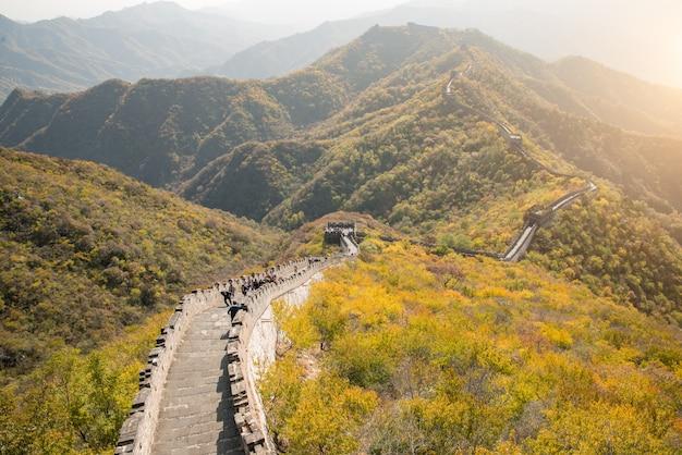 Grande muralha vista distante torres comprimidas e segmentos de parede temporada de outono
