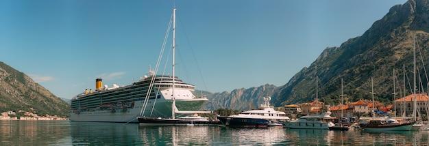 Grande navio de cruzeiro na baía de kotor, em montenegro, perto da antiga