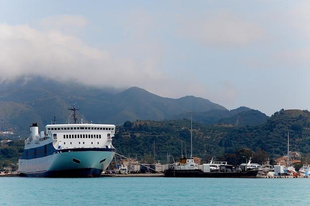 Grande navio de cruzeiro no porto
