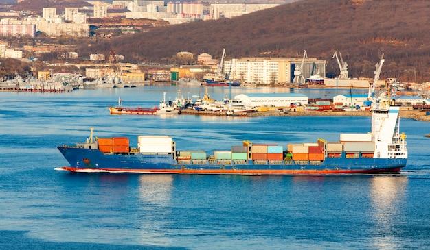 Grande navio porta-contentores no porto
