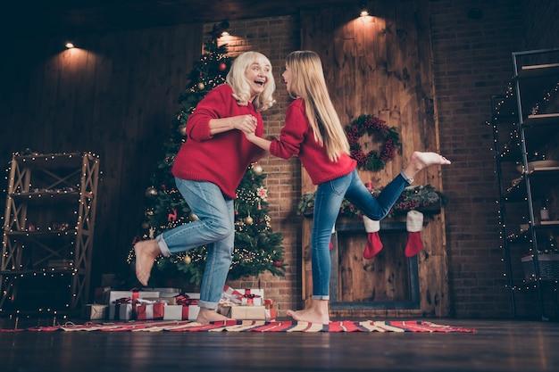 Grande neto dançando divertido em casa decorada em estilo loft