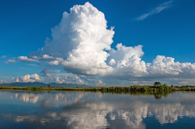 Grande nuvem com céu azul