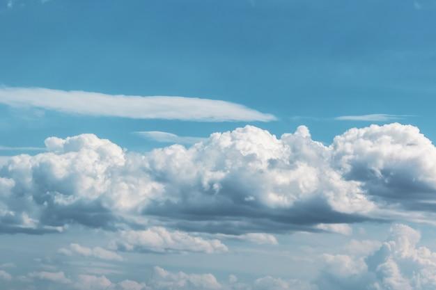 Grande nuvem cumulus contra o céu azul
