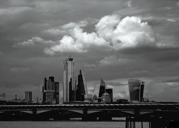 Grande nuvem sobre a cidade de londres e a ponte blackfriars, o rio tamisa e a ponte