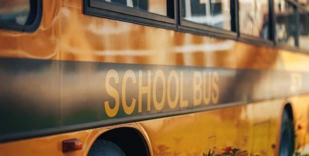 Grande ônibus escolar amarelo, volta às aulas, entrega das crianças à escola