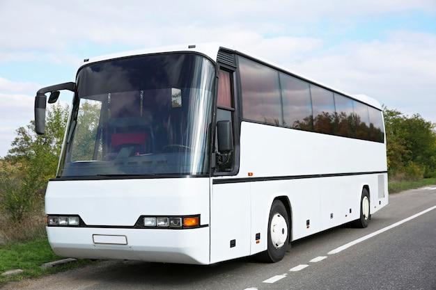 Grande ônibus turístico ao ar livre