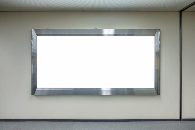 Grande outdoor em branco horizontal no corredor do aeroporto