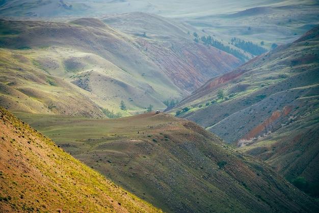 Grande paisagem fantástica com montanhas de argila multicoloridas