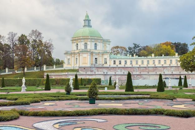 Grande palácio menshikov 1710 em oranienbaum, uma residência real russa no outono na rússia