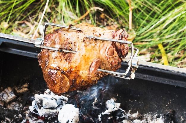Grande pedaço de carne de porco no espeto