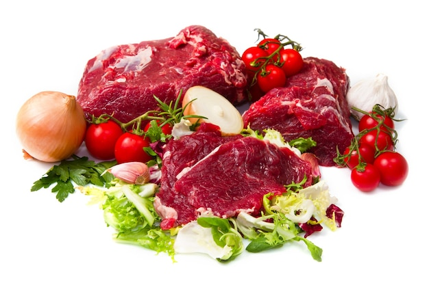 Grande pedaço de carne vermelha com vegetais isolados
