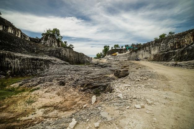Grande pedreira na ilha indonésia de madura, goa kapur, com rocha branca