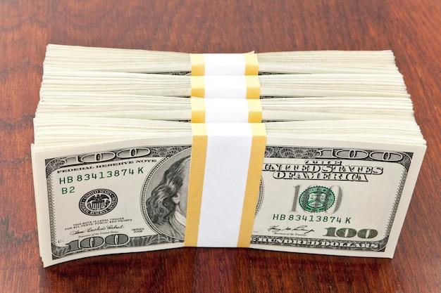 Grande pilha de dinheiro do conceito de negócio sobre a mesa